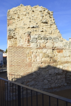 Detalle de la reconstrucción de la esquina sureste, con los restos de lo que quedaba de la antigua esquina en la parte superior