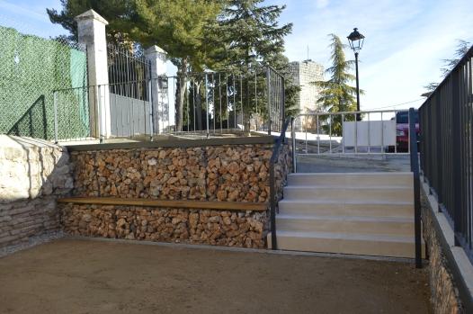 Acceso oriental: escaleras prefabricadas y banco de madera sobre gaviones