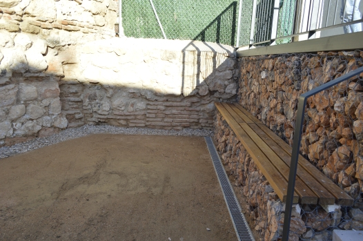 coneción bancada de gaviones con restos decubiertos de la antigua muralla