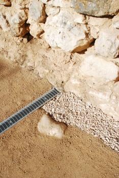 Detalle del drenaje de la muralla y el saneamiento del especio público