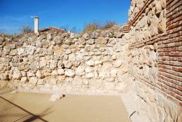 Conexión de torre con la muralla. Espacio estancial, drenaje y restauración de los paramentos
