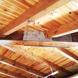 Restauración de estructura de madera mediante colocación de pletina metálica para evitar apertura de la fenda existente