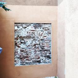 Ventana arqueológica con antigua puerta de acceso a la iglesia